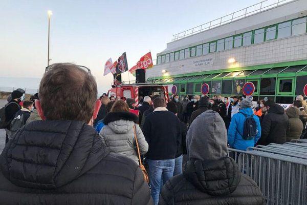 Près de 150 manifestants ont participé à la grève, ce jeudi 17 décembre, à la centrale nucléaire de Paluel, en Seine-Maritime.