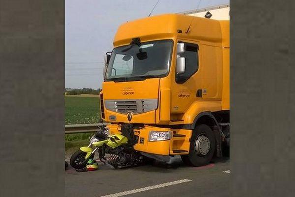 C'est à l'approche d'un rond-point que le camion est venu percuter l'arrière de la moto, qui était à l'arrêt.