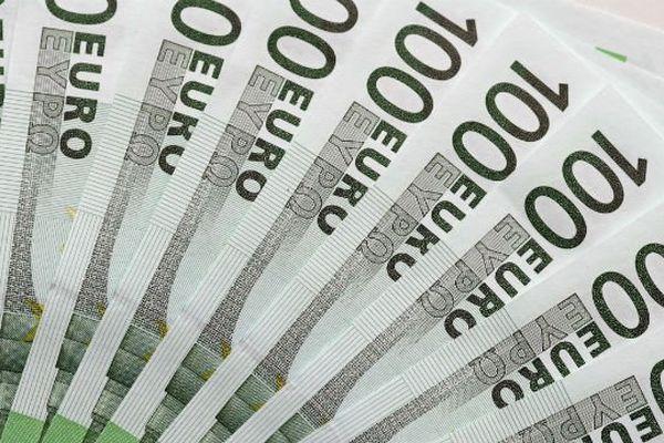 Le banquier prélevait de l'argent en espèces sur les comptes de ses clients.