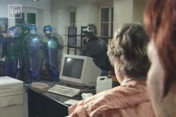 1996 - les gendarmes mobiles évacuent les salariés de l'usine l'Epée à Sainte-Suzanne (Doubs)