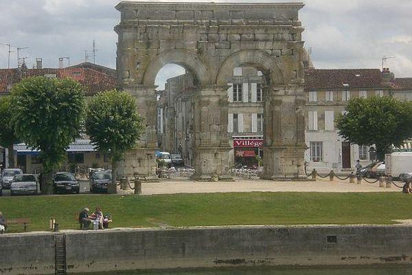 Des vestiges romains pourraient se trouver aux abords de l'arc de Germanicus, sur la rive droite de la Charente.