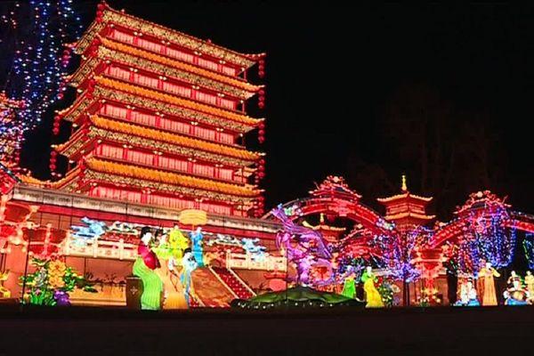 Cette année le festival des Lanternes expose un palais pékinois aux dimensions impressionnantes.
