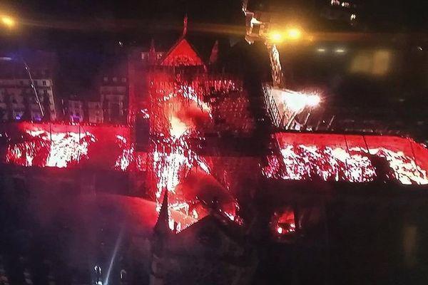 Une photo aérienne de la cathédrale en feu.