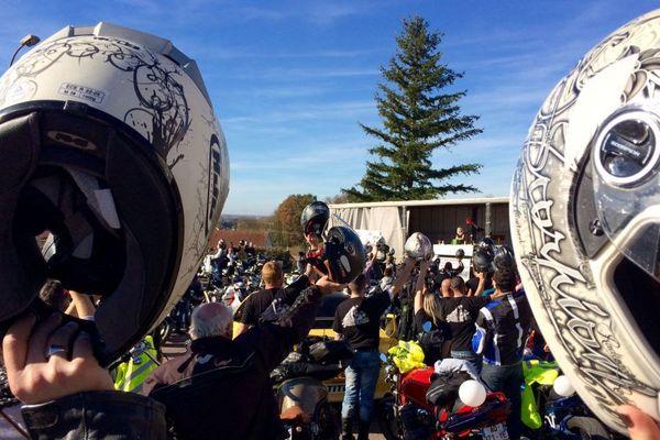 Dimanche 8 novembre 2015, environ 80 motards ont rendu hommage à Thierry Bouton, l'un des leurs qui est mort sur la route lors d'une collision avec un automobiliste.
