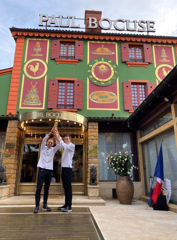 Davy Tissot et Arthur Debray devant le restaurant Paul Bocuse