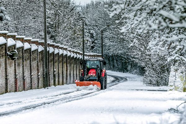 Un tracteur qui déneige la route à Godewaersvelde (Nord)