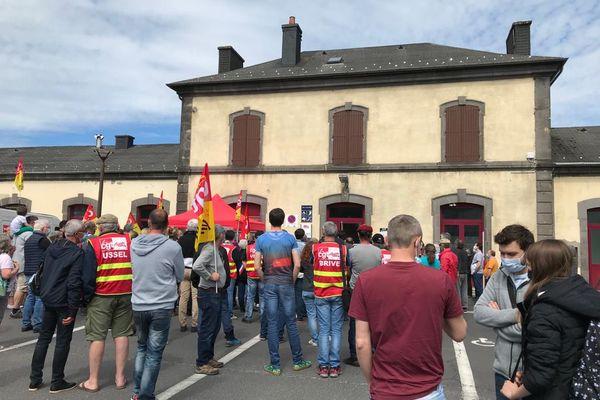 200 personnes se sont rassemblées, samedi 29 mai, devant la gare de Laqueuille dans le Puy-de-Dôme. Elles veulent notamment la réouverture du trafic voyageur entre Clermont-Ferrand et le Mont-Dore