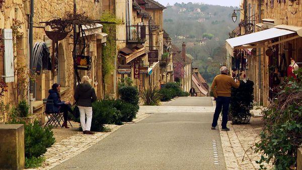 Beauté du cadre, charme des bâtisses, qualité de l'artisanat, excellence de la gastronomie et en prime gentillesse des habitants, on ne voit vraiment pas pourquoi Domme ne serait pas le village préféré des Français en 2021... et le reste du temps.