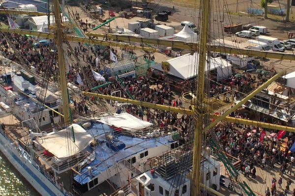 Rive droite à Rouen, la foule se presse pour visiter les voiliers du monde entier