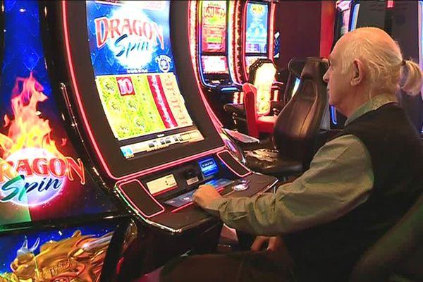 Un joueur sur une machine à sous au casino de Blotzheim
