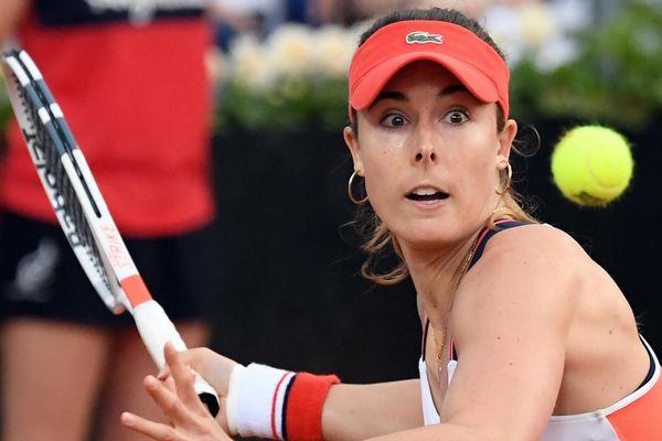 Alizé Cornet s'est qualifiée mardi pour le deuxième tour de Roland-Garros en battant la Hongroise Timea Babos en trois sets 6-2, 6-7 (5-7), 6-2.