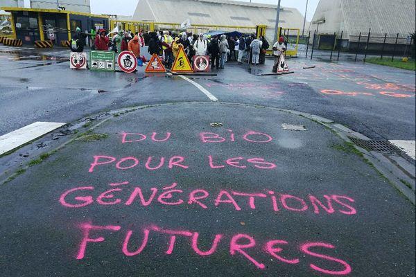 Les Faucheurs volontaires ont bloqué les entrées de l'entreprise Bunge dans le port de commerce de Brest