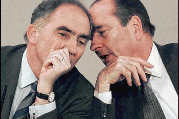 """Aparté entre le président de la république Jacques Chirac et Charles Millon, président du Conseil Régional Rhône-Alpes et ministre de la Défense, le 14 février 1997 à Gleizé, près de Villefranche-sur-Saône, où le chef de l'Etat est venu assister à une """"rencontre Emploi-première chance"""" dans le cadre de sa visite axée sur l'emploi des jeunes."""
