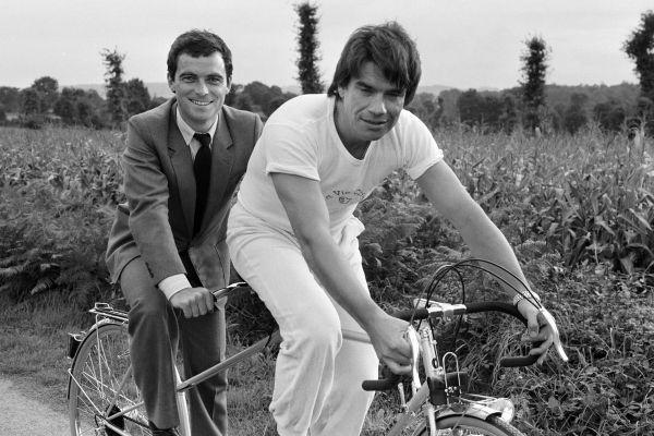 Bernard Hinault, à gauche, et Bernard Tapie, à droite, le 7 octobre 1983 à Yffiniac (Côtes-d'Armor).
