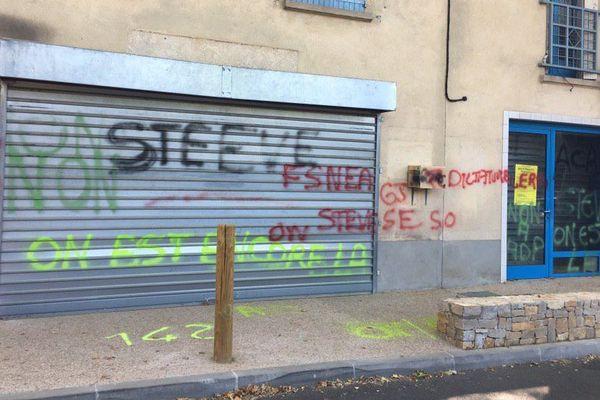 La députée LREM du Var Valérie Gomez-Bassac a tweeté une photo de sa permanence couverte de tags.