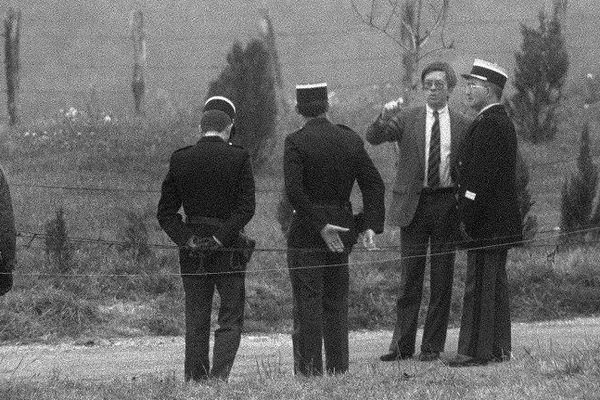 Le juge Jean-Michel Lambert (2e à droite) participe, le 30 octobre 1985, à Lépanges-sur-Vologne, à la reconstitution de l'assassinat de Grégory Villemin, qui avait été retrouvé noyé à l'âge de 4 ans, le 16 octobre 1984, pieds et poings liés dans la rivière la Vologne, dans les Vosges.
