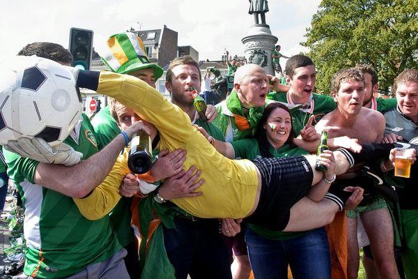 Des supporters irlandais, place Philippe Lebon à Lille.