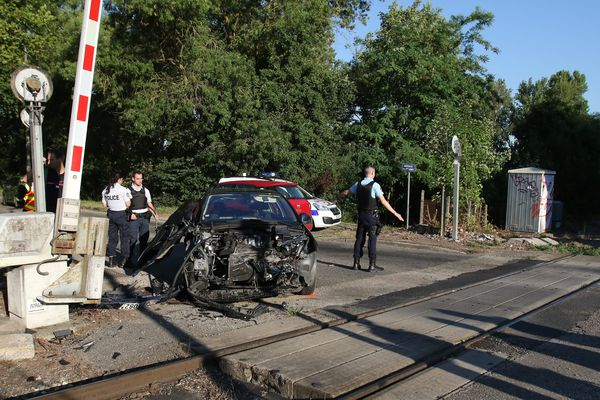 Le véhicule appartenant à la gendarmerie après le choc