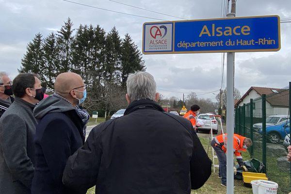L'inauguration d'un panneau de la collectivité européenne d'Alsace en mars 2021.