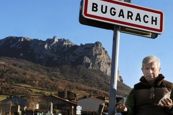 Le maire de BugarachJean-Pierre Delord pose devant le pic