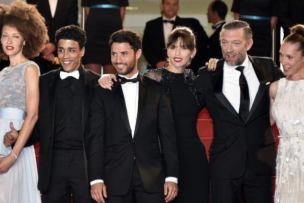 """L'équipe du film """"Mon Roi"""" sur les marches de Cannes. Nabil Kechouhen (2° en partant de la gauche)"""