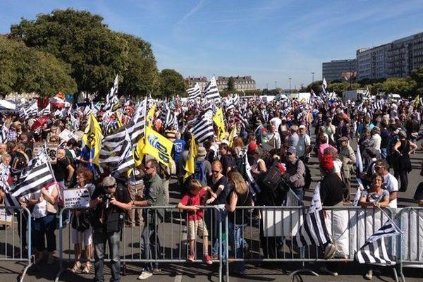Les premiers manifestants pour une Bretagne à 5 départements vers midi sur la place de la petite Hollande