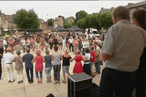 Du 15 au 20 août, des ateliers d'initiation à la danse bretonne se déroule de 14h30 à 17h30 place du Vally.