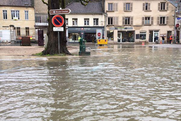 La Loue déborde à Ornans ce 15 janvier 2021, place Courbet.