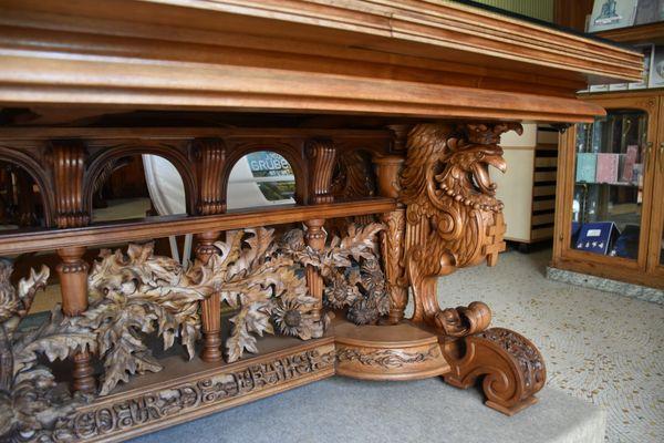 Le piétement de cette table au motif de chardons est réalisé par Émile Gallé.