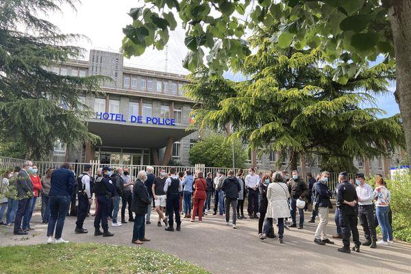 Une centaine de policiers devant le commissariat de Rennes pour rendre hommage à Stéphanie M.