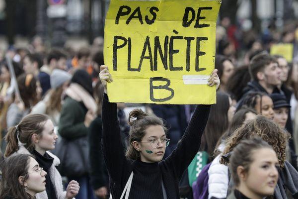 Plusieurs dizaines de milliers de personnes sont descendues dans les rues parisiennes vendredi 15 mars 2019 pour sensibiliser à la question climatique.