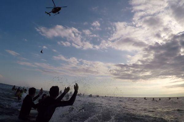 Une centaine de personnes ont formé un cercle dans l'eau, pour rendre hommage aux disparus en mer.