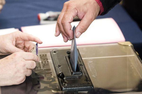 Les élections municipales sont maintenues ce dimanche 15 mars. Certains candidats à la mairie de Marseille s'inquiètent de possibles irrégularités.