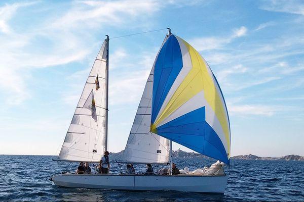 Le voilier de Mixivoile au large de Marseille.