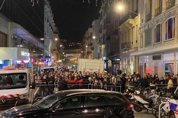 La foule s'est rassemblée devant le périmètre de sécurité de l'église Notre-Dame, la messe est limitée à 150 personnes à l'intérieur.