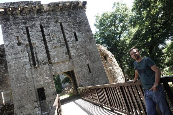 Thibaut Branquart au pied de la forteresse de Largoët, première étape de Circuit d'été dans les Landes de Lanvaux.