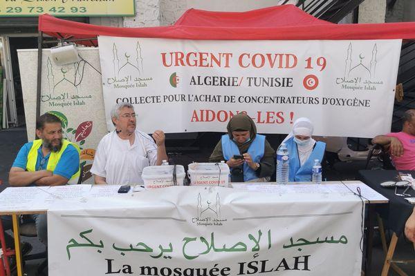 La mosquée Al-Islah du marché aux puces de Marseille a réussi à récolter 33 000 euros de dons du 31 juillet au 15 août 2021. Photo du stand devant le bâtiment religieux.