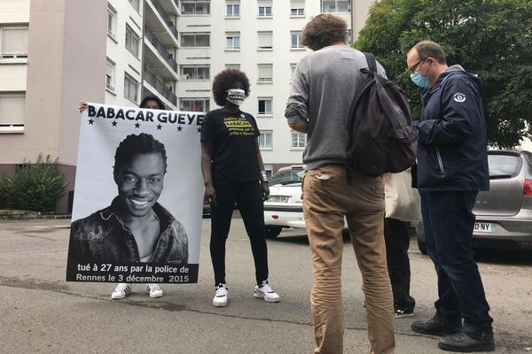 Awa Gueye, la soeur de Babacar répond aux questions de la presse devant l'immeuble où son frère a trouvé la mort