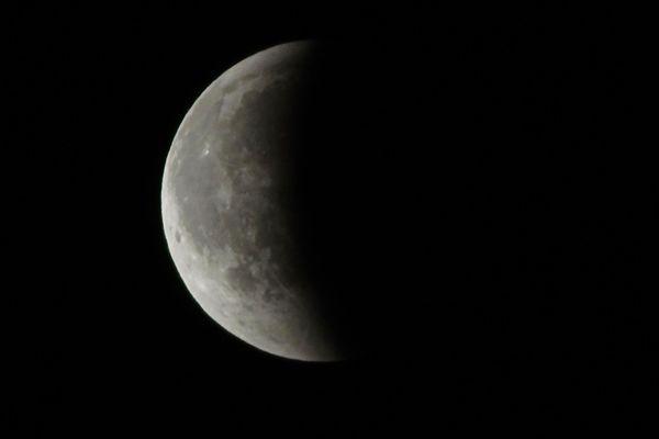 L'éclipse de lune prise en photo au Vieux Port d'Ajaccio.
