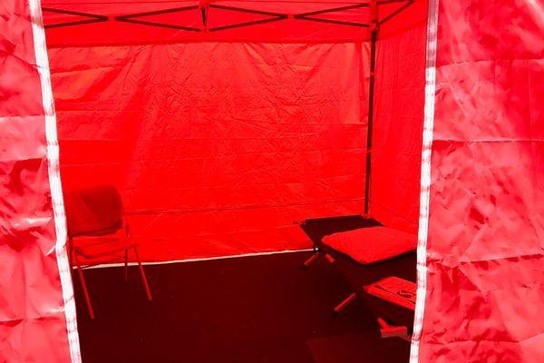 Les sans-abris peuvent dormir dans ces tentes individuelles où un lit et le linge nécessaire leur sont fournis.