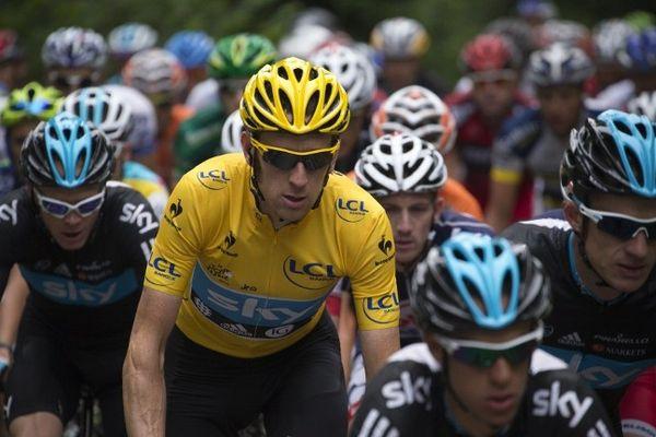 Le peloton du Tour de France 2012 avec Bradley Wiggins en jaune, 15 juillet 2012