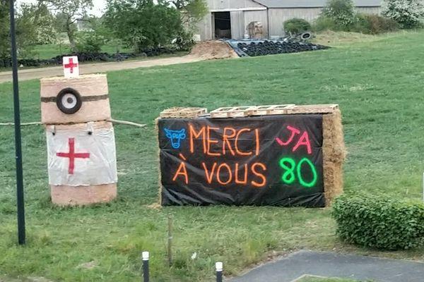 La structure en paille construite à Saint-Valery-sur-Somme par les jeunes agriculteurs de la Somme pour le personnel soignant