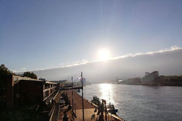 A Rouen, il arrive que les éclaircies fassent boule de neige pour que le soleil émerge enfin d'un tapis nuageux...