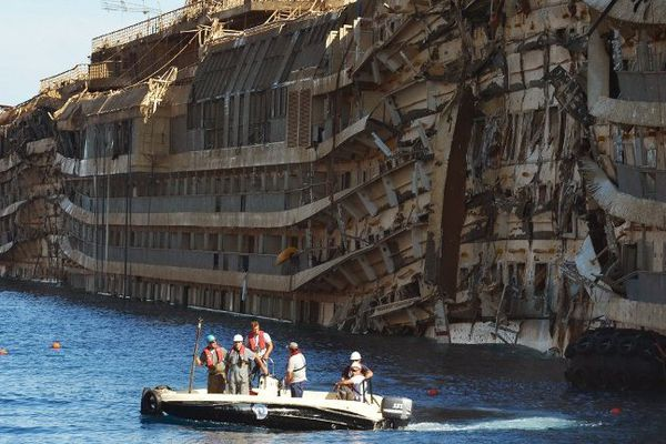 Le Concordia émerge, Île du Giglio, le 18 septembre 2013