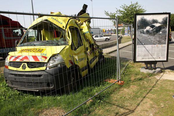 Ce qui reste d'un fourgon de patrouille percuté par le conducteur d'un camion distrait exposé à proximité d'un péage de Vinci Autoroutes