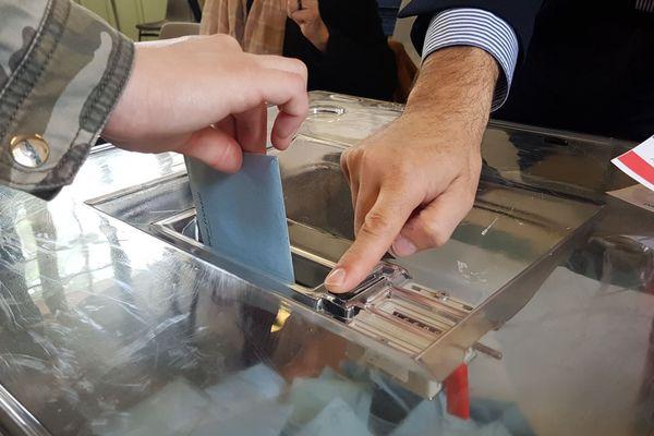 Une urne dans un bureau de vote du 13e arrondissement de Paris, pour les élections européennes 2019.