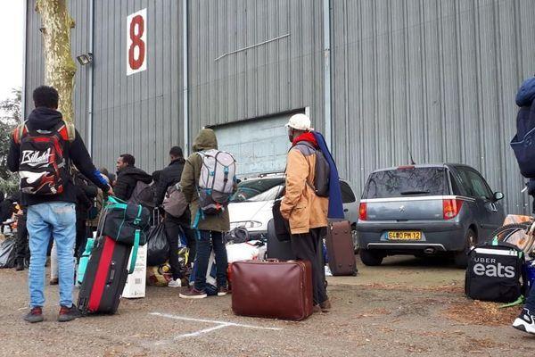 Ils sont 250 anciens occupant du squat de l'avenue de Muret à Toulouse a s'être rendu en début d'après-midi sur l'île du Ramier afin d'être accueillis au hall 8 du parc des expositions