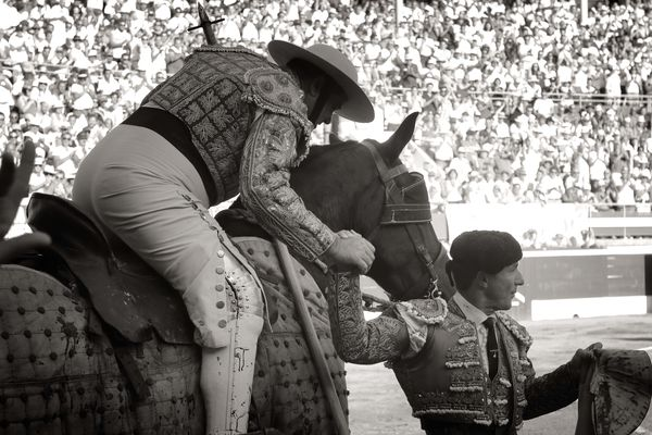 Rafaelillo et son picador Juan-José Esquivel se serrent la main à l'issue d'un fabuleux tercio de piques au 4 ème toro de Cebada Gago