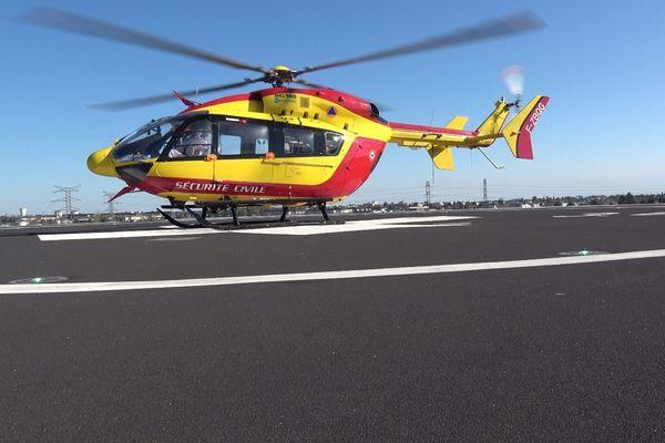 L'hélicoptère de la sécurité civile assurant les transferts de patients atteints de Covid 19