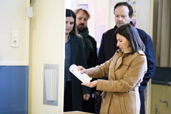 Anne Hidalgo montre l'exemple le dimanche 15 mars lors du premier tour des élections municipales à Paris.
